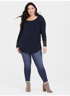 c68cb05f3a1 TORRID   Super Soft Blue Henley Lace Inset Tunic Кофточки Большого Размера