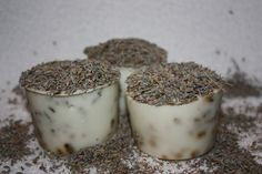 "Maak je eigen badpralientjesMaak je eigen 100% natuurlijke ""badpraliene"" Wat heb je nodig ? 100 gr kokosolie 100 gr sheaboter 100 gr bijenwas lavendel etherische olie lavendel siliconen vormpjes"