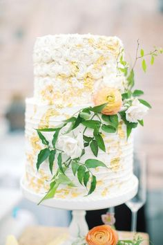 Two tier wedding cake with floral details | #weddingcake #weddingcakes #cakeideas #weddingcakeideas #weddingcakeidea #cakes