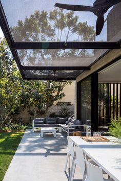 Making a patio can be a great idea to improve the look of your outdoor living space, both for the front and backyard. Patio Pergola, Patio Roof, Backyard Patio, Pergola Kits, Pergola Ideas, Patio Ideas, Terrasse Design, Patio Design, House Design