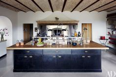 The kitchen's massive oak-top island features sink fittings by KWC.