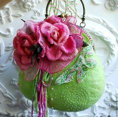 Купить Войлочная сумочка с цветами Июнь - салатовый, валяная сумочка, войлочная сумочка, зеленая сумочка ♡