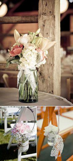 Ideas para decorar tu boda con encaje- botellas de cristal y flores