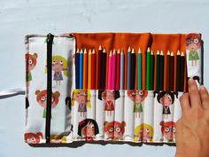 ILATELA: Tutorial: Cómo hacer un estuche para la vuelta al cole Sewing To Sell, Sewing For Kids, Pencil Case Organizer, Sewing Crafts, Sewing Projects, Art Bag, Pencil Boxes, School Art Projects, Pen Case