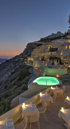 Santorini in Griechenland – besonders am Abend sieht es hier traumhaft aus! Santorini in Greece – especially in the evening it looks fantastic here! Vacation Destinations, Dream Vacations, Vacation Spots, Vacation Travel, Holiday Destinations, Budget Travel, Vacation Ideas, Holiday Places, Wonderful Places