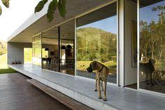 Galeria da Arquitetura | Residência São Luis do Paraitinga - Projetada como se fosse um pavilhão de concreto aparente, a casa de veraneio tem apenas um pavimento