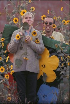 "Warhol Flowers VII & XXII (Andy Warhol in a field of black-eyed Susans with Taylor Mead holding an early ""Flowers"" canvas as a backdrop - Flushing, Queens, NYC 1964 by William John Kennedy) Andy Warhol Pop Art, Pittsburgh, Famous Artists, Great Artists, Art Moderne, Collage, Keith Haring, American Artists, Drawings"