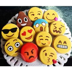 Emoji cookies or choc covered Oreos! Iced Cookies, Cute Cookies, Cookies Et Biscuits, Sugar Cookies, Deco Cupcake, Cupcake Cakes, Emoji Food, Cookies Decorados, Beaux Desserts