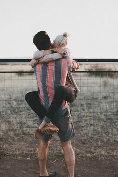 If a girl hugs you like this, does it mean she likes you mor Love Couple, Cute Couple Pictures, Couples In Love, Couple Photos, Couple Goals, Love Is All, True Love, Cute Couples Hugging, Hugs