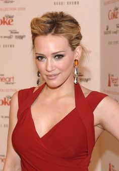 nude makeup and red dress Red Dress Makeup, Nude Makeup, Hilary Duff Style, Go Red, Beauty Advice, Makeup For Brown Eyes, Christina Aguilera, Miranda Kerr, The Duff