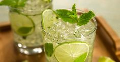 The Mojito is a very refreshing drink on a hot summer day. Mojito or margarita? sometimes it is difficult to decide. Original Mojito Recipe, Easy Drink Recipes, Cocktail Recipes, Refreshing Summer Cocktails, Summer Drinks, Fodmap Diet, Low Fodmap, Fodmap Foods, Gastronomia