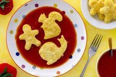 Gli gnocchi al pomodoro sono dei simpatici gnocchi di semolino realizzate con le formine dei biscotti e conditi con un sugo di pomodoro fresco.