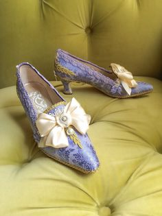 Marie Antoinette Shoes Costume Heels Gold Violet by HexHeartHollow Funny Shoes, Victorian Shoes, How To Make Bows, How To Wear, 18th Century Fashion, Jacquard Fabric, Satin Bows, Rococo, Shoes