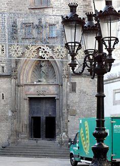 """Puerta de acceso lateral a la basílica de Santa María del Mar, donde Gabriel Pereira asiste a misa los domingos en """"La ciudad reflejada""""."""