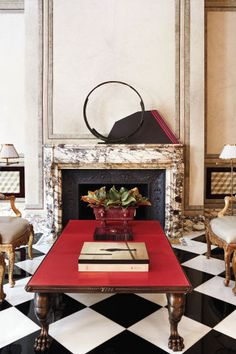 Juan-Pablo-Molyneux-Townhouse // simple modernist sculptures on a marble mantel + a jolt of red Top Interior Designers, Decor Interior Design, Interior Decorating, Furniture Design, Mantle Styling, Fireplace Mantle, Elle Decor, Decoration, Living Spaces