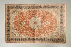 Fin GHOUM en soie (Iran), (vers 1975)  Rouge brique à semis de guirlandes de…