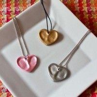 Hartjesketting: 1. klei dat je kan bakken in oven 2. vingerafdrukken van kind 3. hart uitsteekvorm + klein gaatje waar ketting of touwtje doorkan 4. bakken  5. schilderen met metallic verf