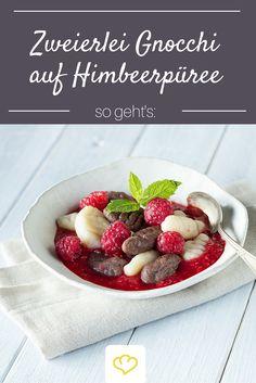 Ein Dessert für echte Gourmets: Vanille und Schokoladen Gnocchi auf fruchtigem Himbeerpüree. Damit schindet ihr garantiert Eindruck bei euren Gästen!