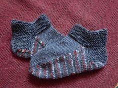 Носки-тапочки для дома.  Связаны на спицах по кругу сверху вниз с тоненьким верхом и толстой двойной подошвой.  Заодно идея, куда пристроить остатки пряжи.