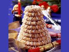 Bagepigernes kransekake (in Norwegian) Norwegian Food, Norwegian Recipes, Danish Christmas, Scandinavian Food, Danish Food, Eat Smart, Occasion Cakes, Christmas Candy, Xmas