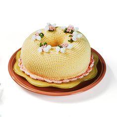 Pudim de baunilha com creme de morango e arranjo de flores