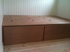Seng med opbevaring under Diy Daybed, Diy Sofa, Kallax, Kid Spaces, Small Spaces, Tiny House Big Living, Small Space Solutions, Interior Decorating, Interior Design