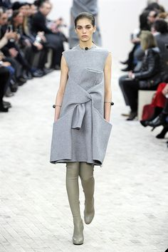 Phoebe Philo's greatest hits at Céline Modest Dresses, Simple Dresses, Cute Dresses, Beautiful Dresses, Celine, Date Night Dresses, Night Outfits, British Fashion Awards, High Fashion Dresses