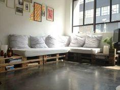 comment fabriquer un canapé en palette, gros canapé en palette, assise et coussins blancs, rangements intégrés