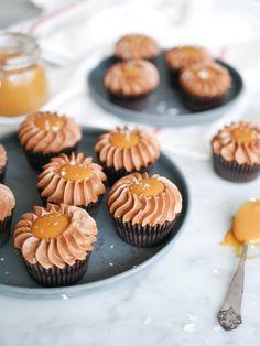 Chokladcupcakes med saltkolasås | Brinken bakar Cake Recipes, Dessert Recipes, Cookie Cake Pie, Something Sweet, Eat Cake, Baked Goods, Sweet Treats, Deserts, Tart