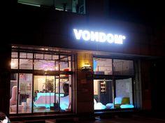 VONDOM_SHOWROOM_SEOUL (8)  La distribución del mobiliario, así como el empleo de diferentes elementos decorativos luminosos aportan un toque de originalidad y distinción.  Se recrean diferentes ambientes cálidos y acogedores que invitan a los clientes a disfrutar del diseño mientras saborean un cremoso café.