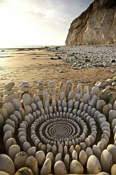 Specializing in land art, James Brunt uses natural materials to create eye-catching ephemeral art, from stone spirals to mandalas made of sticks and leaves. Land Art, Art Plage, Art Environnemental, Art Et Nature, Nature Artwork, Beach Artwork, Art Rupestre, Art Pierre, Ephemeral Art