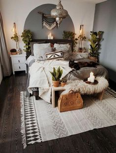 exemple de deco chambre boheme avec objets ethniques, pièce aux murs blancs ave… example of bohemian bedroom decor with ethnic objects, room with white walls with deco wall panel in gray and dark parquet Bohemian Bedroom Decor, Decor Room, Home Decor Bedroom, Living Room Decor, Bedroom Ideas, Modern Bedroom, Bedroom Designs, Winter Bedroom Decor, Bedroom Styles