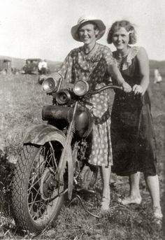 Two women riding a motorcycle (Harley, probably a JD) in rural Nebraska between 1925 and Vintage Pictures, Old Pictures, Vintage Images, Old Photos, Vintage Art, Vintage Ideas, Vintage Beauty, Motos Retro, Harley Davidson