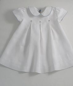White Linen Yacht Dress by English designer Patricia Smith. via patriciasmithdesigns on Etsy Dresses Kids Girl, Little Girl Dresses, Girl Outfits, Vintage Baby Dresses, Smocked Baby Dresses, Baby Dress Design, Frock Design, White Cotton Summer Dress, Green Cotton
