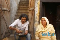 Imtiaz Ali enjoys a simple meal cooked by the resident of the house he was shooting in for HIGHWAY, Village Dayalpur, Haryana. Starring Randeep Hooda and Alia Bhatt, the film is slated to release on 13th of December, 2013.   Read more: http://www.washingtonbanglaradio.com/content/54728913-imtiaz-ali-and-r-rahman-team-once-again-highway#ixzz2SoAj765n  Via Washington Bangla Radio®  Follow us: @tollywood_CCU on Twitter