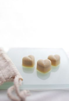 maybe the easiest way to get glowing skin - cocoa scrub cubes: 7 tbsp cocoa butter, 1 tbsp coconut oil, 5 tbsp salt. pour mixture into ice cube molds. Diy Body Scrub, Diy Scrub, Castile Soap Shampoo, Glycerin Soap, Shampoo Bar, Diy Lotion, Lotion Bars, Homemade Skin Care, Homemade Beauty