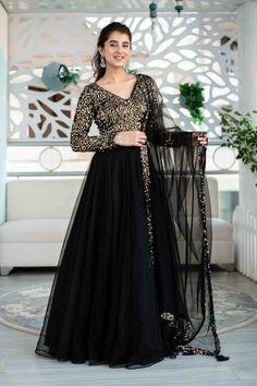 Indian Gowns Dresses, Indian Fashion Dresses, Dress Indian Style, Indian Designer Outfits, Indian Outfits, Shadi Dresses, Abaya Fashion, Indian Attire, Lehnga Dress