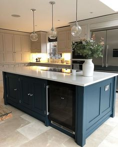 Are you tired of opening up the same kitchen cabinets, every single day? Although many homeowners love their kitchens, including their kitchen cabinets, there are some who are looking for a change. Kitchen Diner Extension, Open Plan Kitchen Diner, Open Plan Kitchen Living Room, Kitchen Family Rooms, Home Decor Kitchen, Kitchen Interior, Home Kitchens, Kitchen Ideas, Black Kitchens