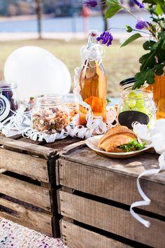 Vappu - rakenna pöytä puulaatikoista, jossa ruoat matkustivat paikalle.