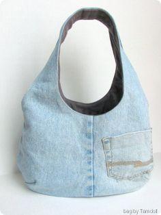 Bolso reversible en vaquero y otra tela (remera en este caso). Tutorial en un link nombrado en el sitio: http://verypurpleperson.com/2010/04/making-reversible-bag/