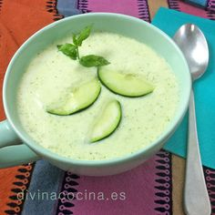 Esta sopa fría de pepino y yogur es un plato típicamente veraniego que puedes servir en chupitos para aperitivos frios o como entrante en plato o taza.