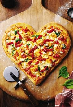 2014 Gorgeous Heart Shaped Pizza Valentine's Day Food, Heart Shaped Food Ideas Because he loves pizza; Pizza Integral, Menu Saint Valentin, Heart Shaped Pizza, I Love Pizza, Valentines Day Food, Valentine Pizza, Tasty, Yummy Food, Delicious Recipes