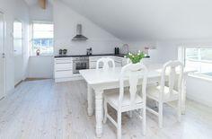 Post: Pequeña mansión en la costa oeste de Suecia --> casas de madera, casas grandes distribucion, contraventanas, decoración hamptons new england, decoración mansiones, decoración nórdica, diseño casas suecas, estilo nórdico escandinavo, porches terrazas madera