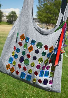 I just love how unashamedly bejeweled this tote bag is ^-^
