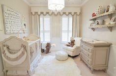 chambre bébé fille en blanc cassé commode tapis et étagères de rangement