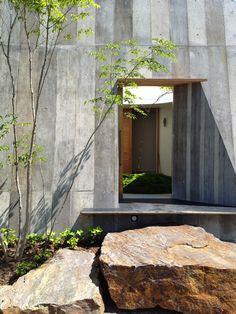 house in nishikasugai, aichi pref. by nobuyasu hattori. Minimal Architecture, Facade Architecture, Amazing Architecture, Dry Garden, Terrace Garden, Minimal Living, Texture Design, Outdoor Gardens, Garden Design