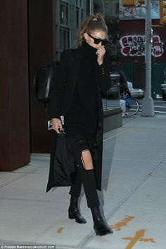Gigi Hadid Just Wore One of Our Favorite Winter Shoe Trends Wearing All Black, All Black Outfit, Black Outfits, I Love Fashion, Star Fashion, Athleisure, Gigi Vogue, Style Gigi Hadid, Fashion Stylist