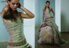 http://www.lemienozze.it/gallerie/foto-abiti-da-sposa/img33002.html Abito da sposa avorio con drappeggio e piume