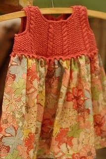 Vestido con el peto tejido y falda de tela color naranja, hermoso.