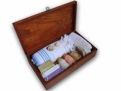 Yabancı müşterileriniz için farklı ve otantik bir hediye, ahşap kutunun üzerine logo baskısı yapılmaktadır.. Ahşap Kutuda Büyük Hamam Seti. Ahşap kutu ebatı 34cmx19,5cmx9,5cm… Kutu içerisinde 1 adet %100 pamuklu peştamal, 1 adet küçük pamuk havlu, 1 adet zeytinyağlı sabun, 1 adet naturel sabun, 1 adet lavanta sabunu, 2 adet banyo kesesi, 1 adet doğal pomza taşı, 2 adet banyo tuzu.Talebe göre, hediye paketi yapılarak, yanında kurum mesajınızın yer aldığı kutlama kartı ile beraber sunulur.